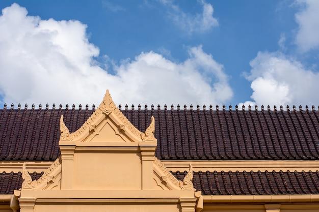 Thaïlande toit en céramique antique au temple