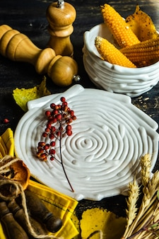 Thanksgiving day ou concept de récolte automnale avec cadre avec noix, baies, légumes et fruits sur une surface en bois sombre avec espace de copie