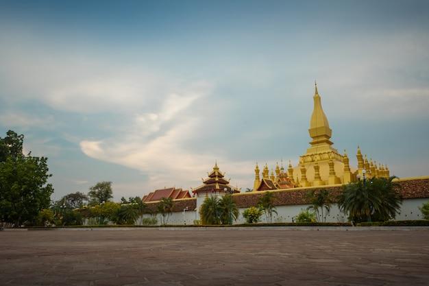 Thatluang est la plus belle culture et icône de vientiane au laos. thatluang au coucher du soleil