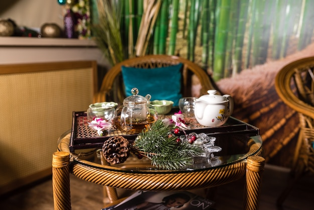 Thé et accessoires de thé dans le salon spa thaïlandais