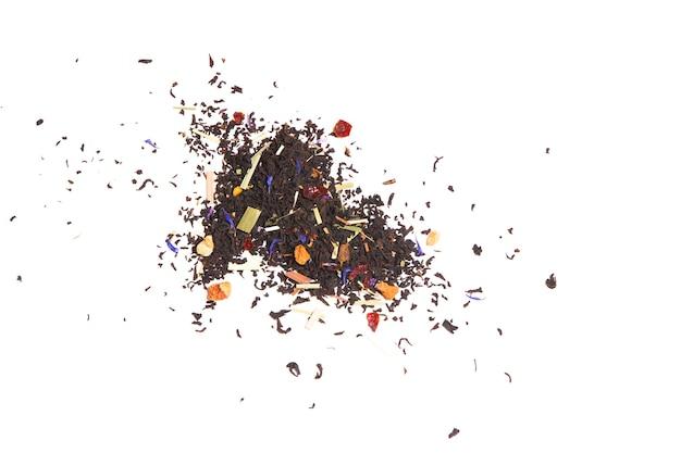 Thé avec l'ajout de fruits, de baies et d'herbes médicinales sur une surface blanche