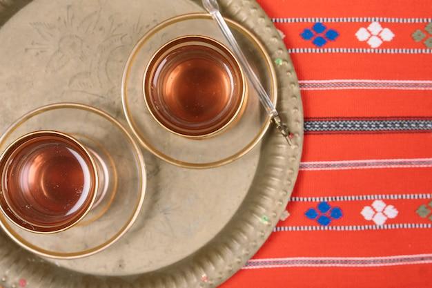 Thé arabe dans des verres sur plateau