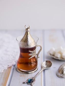 Thé arabe servi avec des morceaux de sucre