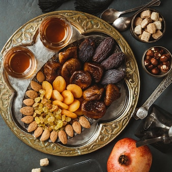 Thé arabe traditionnel et fruits secs et noix, mise à plat