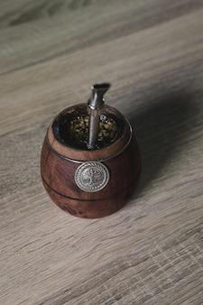 Thé argentin yerba mate dans un récipient en bois écologique avec une paille en métal