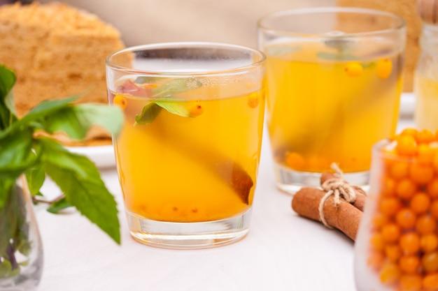 Thé à l'argousier, menthe, miel et cannelle et gâteau en couches au miel