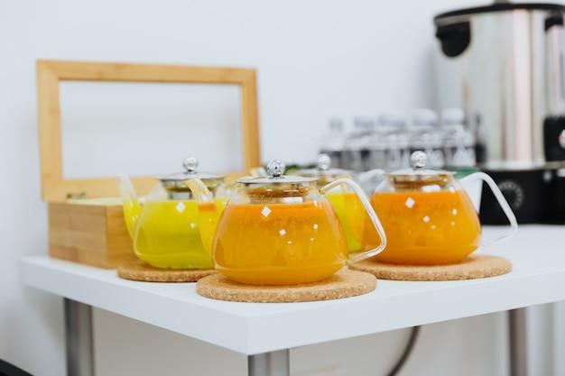Thé d'argousier sain en vitamines dans une petite théière.