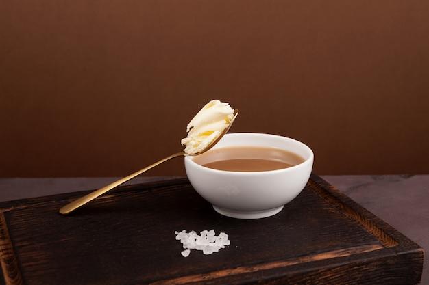 Thé au beurre tibétain ou thé baratté dans un bol blanc boisson asiatique connue sous le nom de po cha