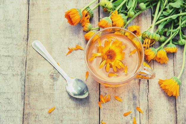 Thé au calendula et fleurs. mise au point sélective. la nature.