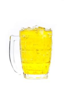 Thé au chrysanthème avec de la glace en verre isolé sur fond blanc.