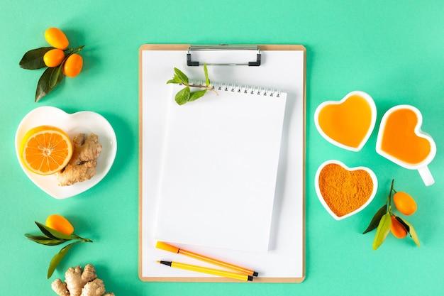 Thé au citron et au miel, stimulant de l'immunité et remèdes contre le rhume, vue de dessus.