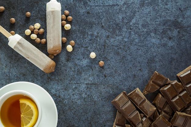 Thé au citron et chocolat sur une assiette