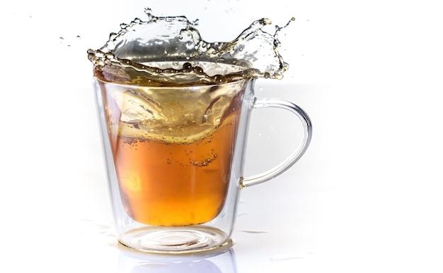 Thé au citron dans une tasse thermo en verre sur un