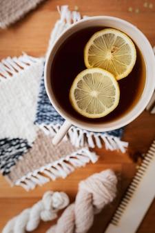 Thé au citron sur un dessous de verre tricoté