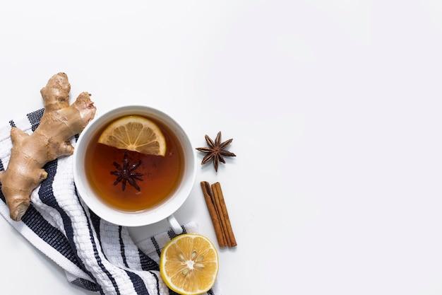 Thé au citron avec des épices sur un tissu rayé