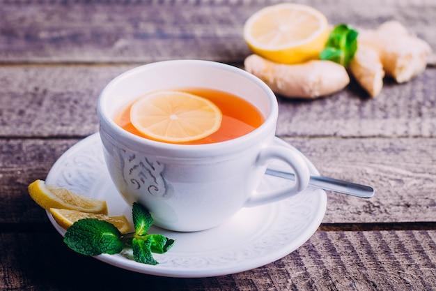 Thé au citron avec gingembre et menthe