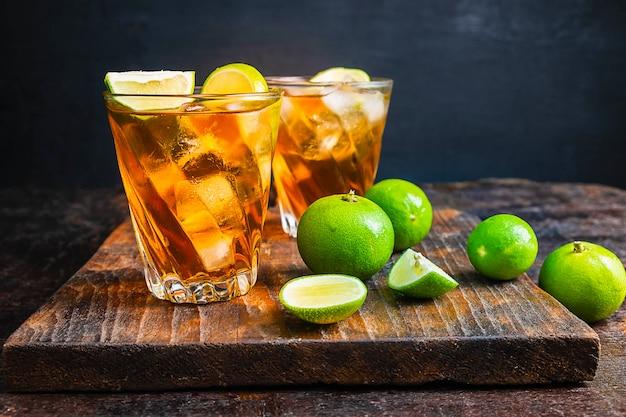 Thé au citron glacé et citron sur une table en bois