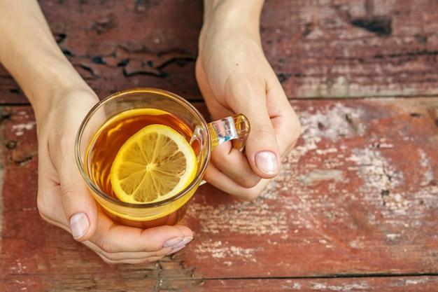 Thé au citron mains.