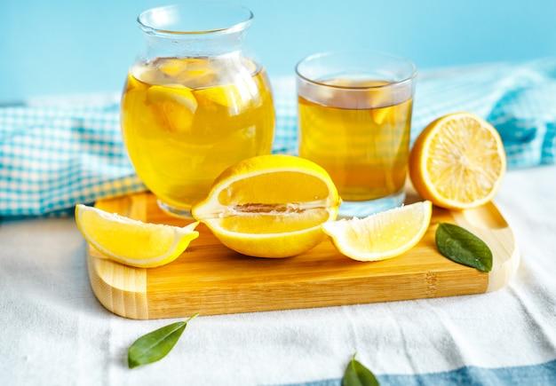 Thé au citron vert avec une nappe et des fruits au citron