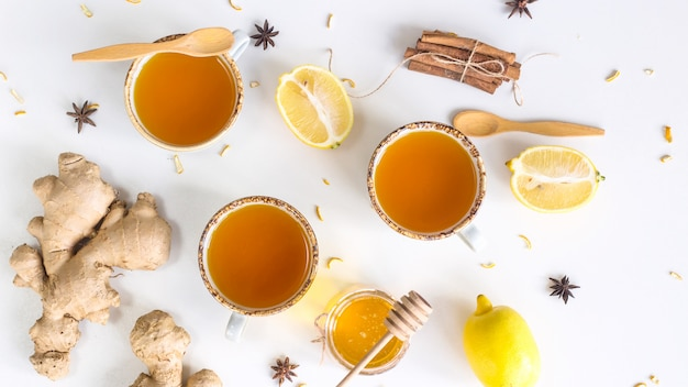 Thé au curcuma parmi les produits pour améliorer l'immunité et traiter le rhume