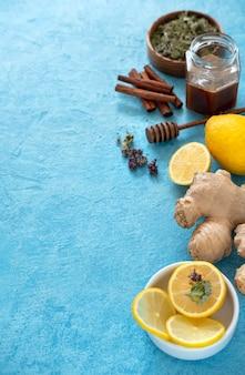 Thé au gingembre au citron dans une tasse en verre à fond bleu. espace pour un texte.