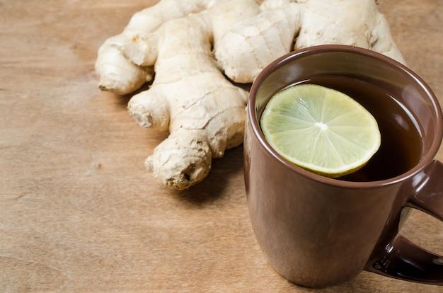 Thé au gingembre chaud au citron. médecine douce.