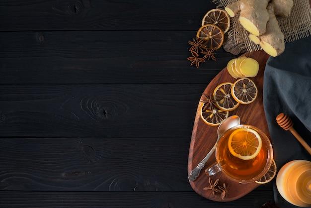 Thé au gingembre chaud avec citron et miel vue de dessus