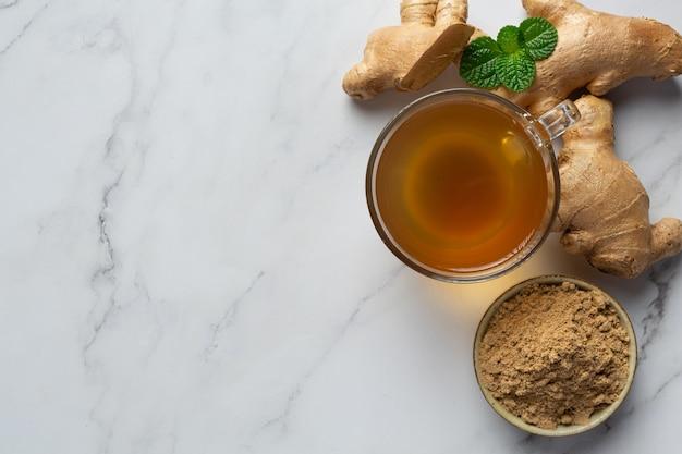 Thé au gingembre chaud sur table