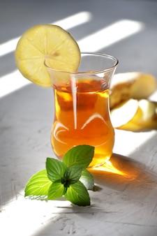 Thé au gingembre du matin à la menthe et au citron