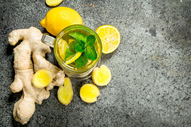 Thé au gingembre à la menthe et au miel. sur fond rustique.