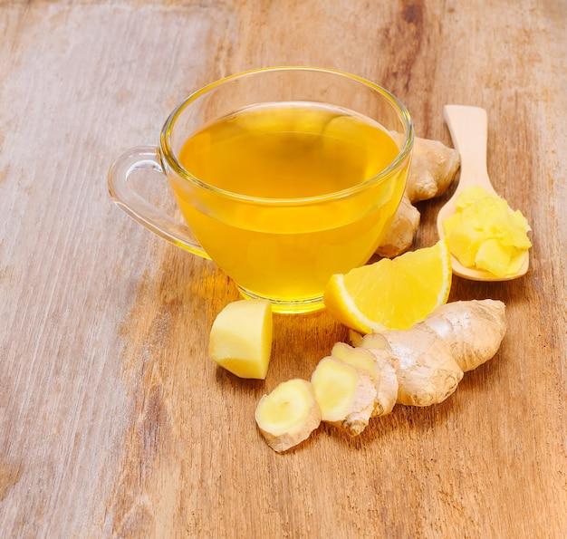 Thé au gingembre sur table en bois