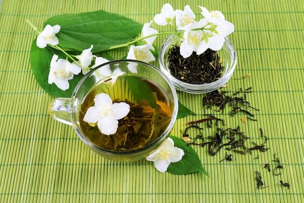 Thé au jasmin sur table
