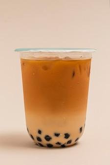 Thé au lait à bulles dans une tasse en plastique