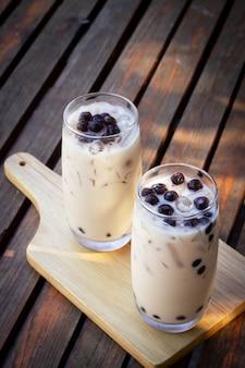 Thé au lait à bulles en verre. boisson à la mode en asie. boisson sucrée au tapioca.