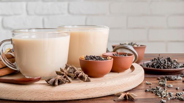 Thé au lait sur le bureau