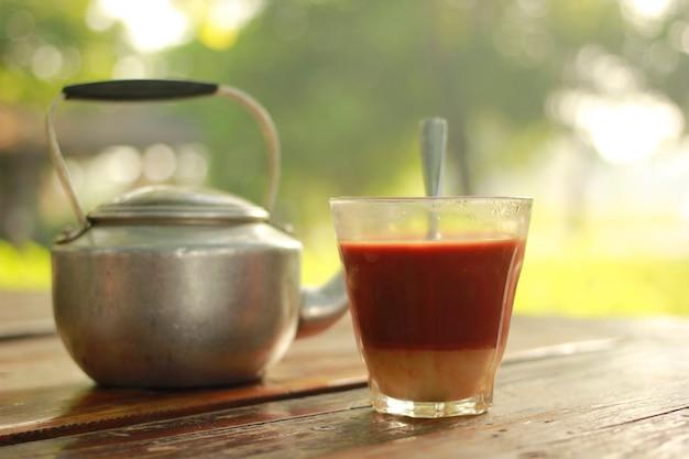 Thé au lait chaud avec l'ambiance matinale.
