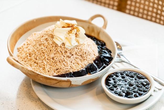 Thé au lait glace raser avec bulle noire et gelée d'herbe noire