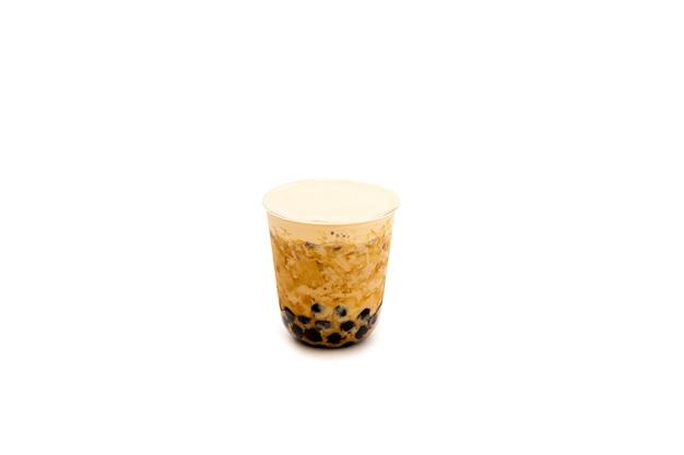 Thé au lait perlé avec crème sur le dessus, isolé dans un tracé de détourage.