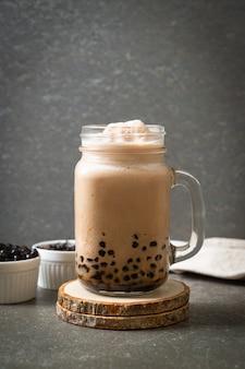 Thé au lait de taiwan avec des bulles, boisson asiatique populaire