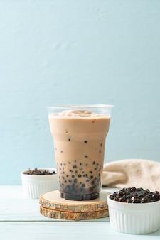 Thé au lait de taiwan avec des bulles. boisson asiatique populaire
