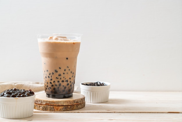 Thé au lait de taiwan avec des bulles - boisson asiatique populaire