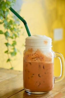 Thé au lait thai dans des tasses en verre
