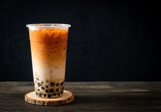 Thé au lait thaï avec du sucre brun à bulles