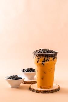 Thé au lait thaï glacé avec des bulles
