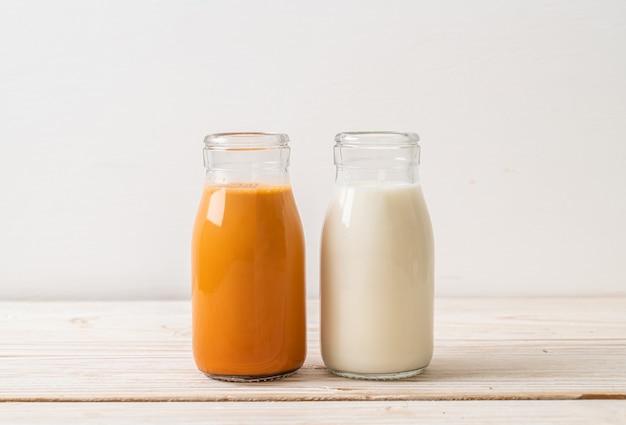 Thé au lait thaïlandais avec du lait frais en bouteille