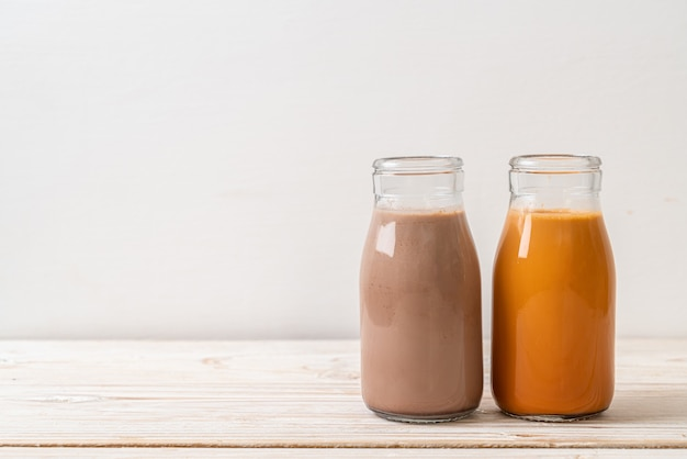 Thé au lait thaïlandais et lait au chocolat en bouteille