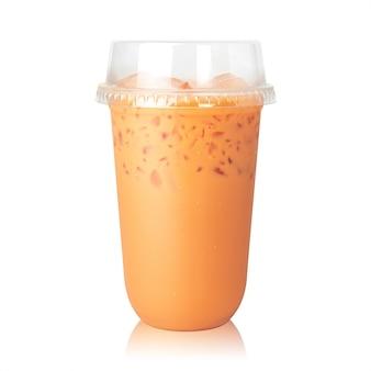 Thé au lait thaïlandais avec tasse isolé sur blanc.