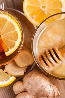 Thé au miel, citron et gingembre. concept de soins de santé pour le froid