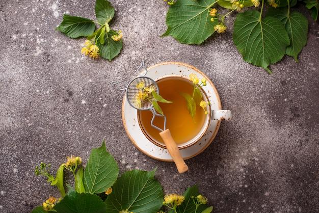 Thé au tilleul chaud et sain dans une tasse