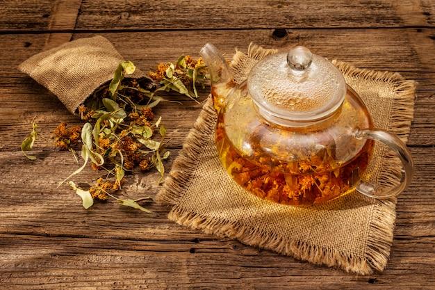 Thé au tilleul. fleurs sèches et parfumées. petit déjeuner ensoleillé. boisson chaude pour renforcer le système immunitaire, médecine alternative